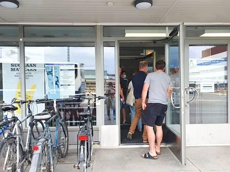 Tampereen pääpoliisiasema oli ruuhkautunut henkilökorttien kysynnän kasvun vuoksi ja matkustusrajoitusten muututtua myös kesällä. Valokuva on otettu 30.6.2021.