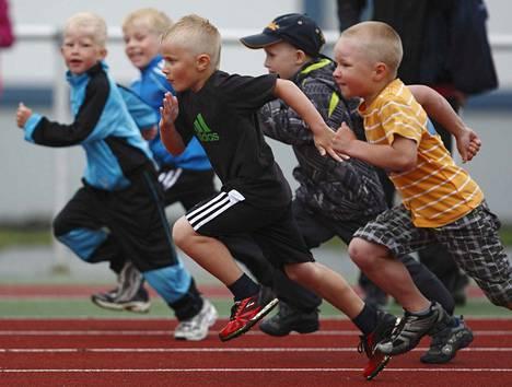 VsV:n Games-kisat käynnistyivät maanantaina keskuskentällä. Kuvan pojat ottivat juoksuradalla toisistaan mittaa takavuosina.