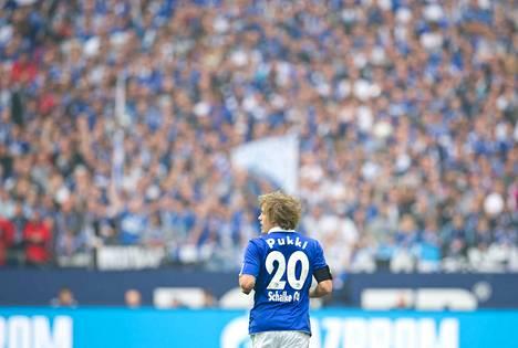 Teemu Pukki valtavan yleisömeren edessä Schalken paidassa huhtikuussa 2012.