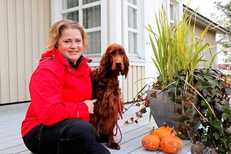 Tiina Teinilä asuu Tattarassa yhdessä miehensä, lapsensa ja  koiransa Elman kanssa. Elma on kaksivuotias irlanninsetteri, joka saa ensimmäiset pentunsa marraskuun alussa.
