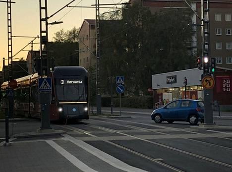 Aamulehden lukijan ottama kuva näyttää tilanteen juuri ratikan ja henkilöauton risteyskolarin jälkeen.