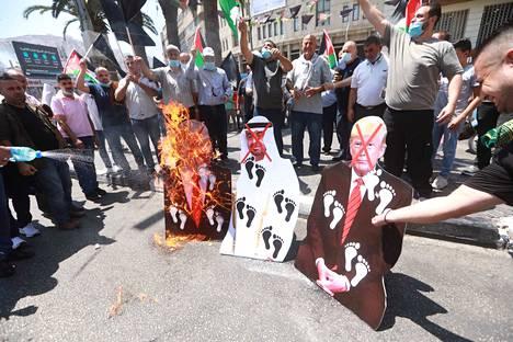 Palestiinalaiset suuttuivat sopimuksesta ja osoittivat mieltä Nablusin kaupungissa, Länsirannalla. Palestiinan hallinnon edustaja kommentoi torstaina, että Palestiinan johto torjuu ja tuomitsee yllättävän ilmoituksen.
