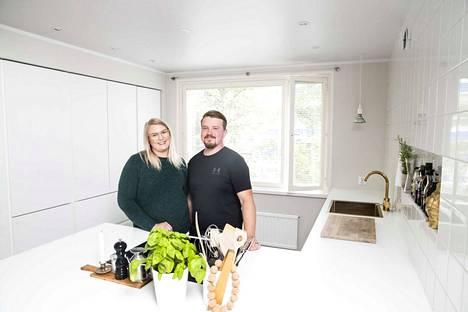 Tamperelainen pariskunta Heini Muuronen ja Ilkka Karhunen remontoi asuntonsa ja nosti kotinsa hinta-arviota roimasti.