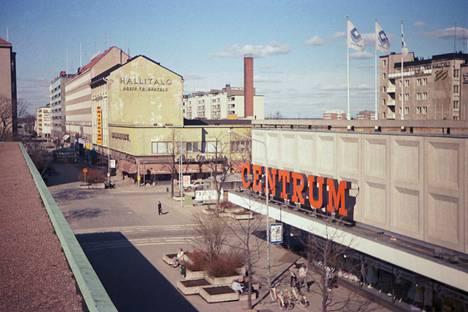 Centrumin tavaratalo toukokuisena lauantai-iltapäivänä 1986. Rakennuksen tilalla on nykyään tyystin toisenlainen kauppakeskus Isokarhu.