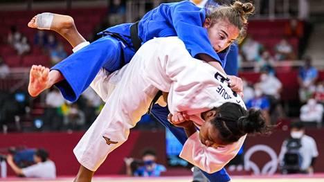 Judotuomari Veli-Matti Karinkanta (taustalla) pääsi tuomaroimaan olympialaisten judofinaalissa naisten 57 kg sarjassa. Kultaa voitti Kosovon Nora Gjakova (sinitakki), hopeaa Ranskan  Sarah-Leonie Cysique.