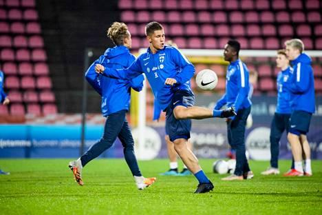 Eetu Mömmö leikitteli pallon kanssa maanantai-iltana Ratinassa. Pikkuhuuhkajat kohtaa tiistaina Itävallan EM-karsintaottelussa.