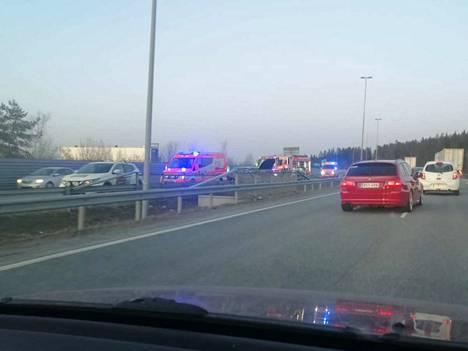 Onnettomuus tapahtui Tampereen läntisellä ohitustiellä noin kello yhdeksältä. Onnettomuudessa oli osallisena kaksi henkilöautoa, joista toinen veti venettä perässään.