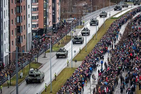 Itsenäisyyspäivän paraati keräsi runsaasti yleisöä Tampereella vuonna 2019.