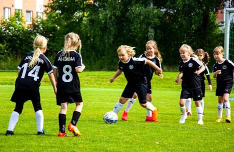 Kuvassa Haka junioreiden nuorin tyttöjoukkue harjoittelee Roukon kentällä viime kesänä.