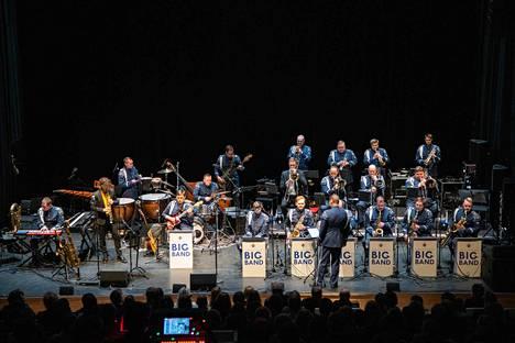 Ilmavoimien Big Band on Suomen ainoa kevyeen musiikkiin erikoistunut Puolustusvoimien soittokunta. Keskiviikkona Big Band konsertoi Tampere-talossa.