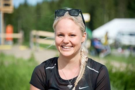 Alma Toivonen päivystää Kangasala-Jukolan maalialueella ja arvioi mahdollisten vammojen vaatimaa hoitoa.