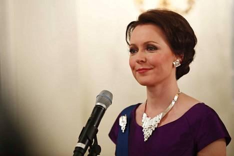 Rouva Haukion yllä on tavallisesti nähty koruja hillitysti. Vuoden 2016 Linnan juhlia varten hän kuitenkin puki ylleen setin, johon kuuluivat näyttävät kaulakoru, korvakorut ja rintakoru.
