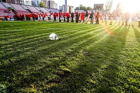 Ratinan stadionin luonnonnurmi koki kovia ottelussa. Pahimmalta kuitenkin vältyttiin.