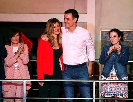 Espanjan pääministeri Pedro Sanchez ja vaimonsa Begona Gomez tervehtivät kannattajiaan Madridissa voiton varmistuttua sunnuntain parlamenttivaaleissa.
