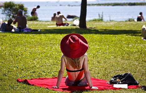 Aurinko vanhentaa ihoa, sillä se vähentää ihon kimmoisuutta ylläpitävän kollageenin määrää ja heikentää sen laatua. Iho ohenee, veltostuu ja rypistyy.