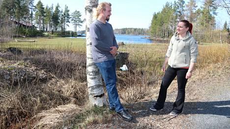 Kristillisdemokraattien kuntavaaliehdokkaat Peetter Koirikivi ja Marjo Berg suunnittelevat vaalikampanjaansa Siikaisjärven rannalla.