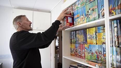 Markku Kanerviston kirjahyllyssä on Aku Ankan taskukirjoja kuudelta vuosikymmeneltä. Vanhimmat ovat jo jääneet uusien taa, mutta kaikkia luetaan edelleen.