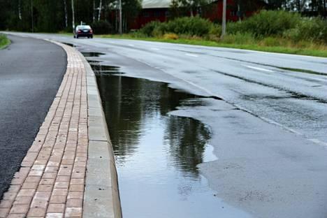 Kauvatsantien uuden kevyen liikenteen väylän varteen muodostuu sateella suuria lätäköitä.