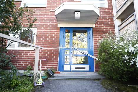 Maanantai-iltana 25. toukokuuta poliisipartio sai tehtävän mennä 41-vuotiaan miehen asunnolle Mäkkylään Ruutikellarintielle.