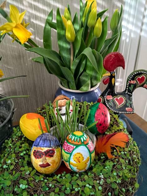 Ihalaisen tytöt maalasivat pääsiäismunia perinteisesti vesiväreillä pitkäperjantaina.