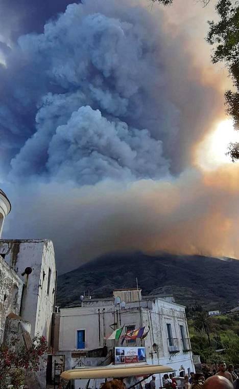 Tulivuoren purkaus nostatti ilmaan paljon savua ja tuhkaa.