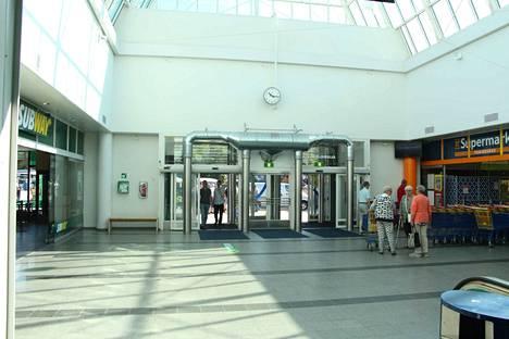 Pyöreä penkki on kadonnut Torikeskuksen aulasta. Tilalle on tullut kaksi yksittäistä penkkiä, toinen ulko-oven vieressä ja toinen peliautomaattien luona. Myös ylemmässä kerroksessa on uusia penkkejä.