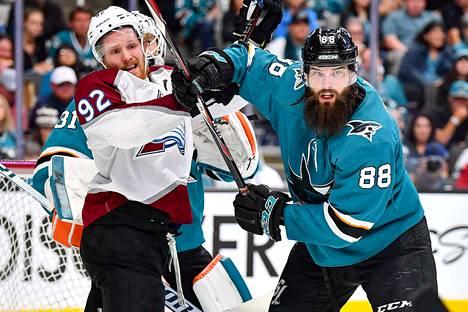 Gabriel Landeskog on Coloradon kapteeni ja yksi tärkeimmistä pelaajista. Kuvassa hän vääntää San Josen parrakkaan Brent Burnsin kanssa.