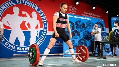 Viime vuoden huhtikuussa järjestetyissä klassisen voimanoston kansallisissa kisoissa kankaanpääläinen Olivia Kyösti paransi kyykkytuloksensa 141 kiloon. Tulos on Olivian sarjan uusin Suomen ennätys, mutta se myös ylittää voimassa olevan ME-tuloksen.