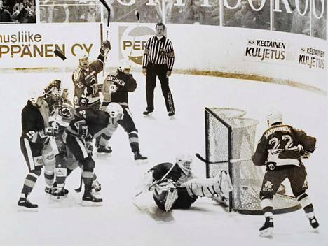 Ässät teki divisioonakaudella keskimäärin kahdeksan maalia ottelussa. Kuvassa ykkösketju Kari Makkonen–Aleksei Frolikov–Arto Javanainen juhlii Hockey-Reippaan kustannuksella.