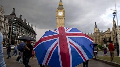 Jalankulkijoita Lontoon keskustassa Brexit-äänestyksen jälkeen vuonna 2016