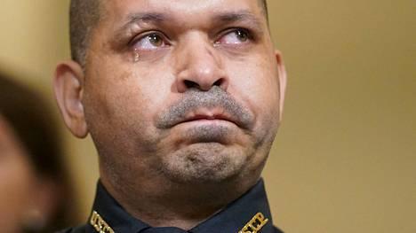 Kongressitalon poliisivirkailija Aquilino A. Gonell liikuttui katsoessaan videota loppiaisen valtauksesta tiistain kuulemisessa.
