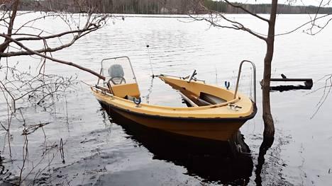 Nousuvesi on yllättänyt moottoriveneen Pappilanniemen kärjessä tänäkin vuonna.