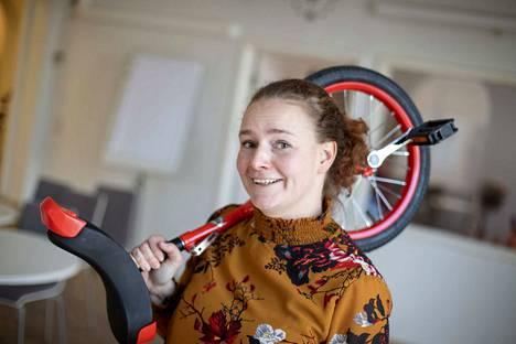 Seuraava taito voisi olla yksipyöräisellä ajamisen taito. Poika hallitsee sen vielä toistaiseksi äitiä paremmin.