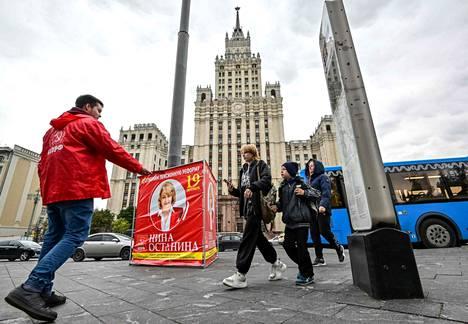 Aktivisti kampanjoi kommunistipuolueen ehdokkaan puolesta Moskovassa 16. syyskuuta. Kommunistipuolueesta ennakoidaan haastajaa valtapuolue Yhtenäiselle Venäjälle.