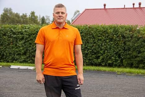 Pesäpallon nuorimman ikäluokan eli G-poikien valmentamisessa eli pelinjohtajana toimimisessa ja Ari Virolaisen tulevassa työssä Kankaanpään kaupungin talousjohtajana ei taida olla muuta yhteistä kuin johtaja-sana. Pitkäjänteisyys ja kyky suunnata kohti tulevaisuutta on toki hyve molemmissa, mutta pesiskentällä yllätyksiä tulee todennäköisesti enemmän kuin kuntataloudessa.