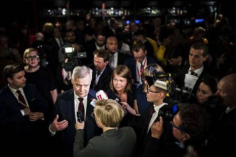 Media piiritti Antti Rinteen sdp:n vaalivalvojaisissa.