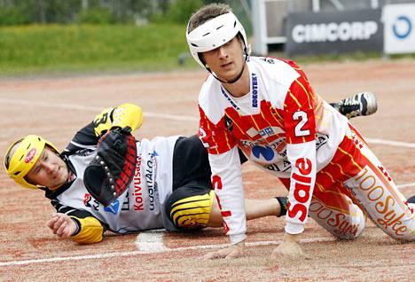 UP-V:n Rami Mäkinen ehti ykköselle ennen kuin pallo oli Tuomas Määttälän räpylässä.