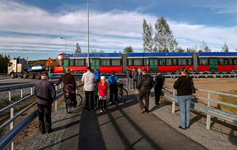 Ensimmäisen ratikan kuljetus toukokuussa keräsi paikalle ihmettelijöitä. Ratikka jäi pariksi tunniksi jumiin Lempäälän Sääksjärven liittymään.