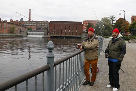 Risto Piirainen (vas.) ja Jari Vuolle toteavat, että Tampereella on paljon käyttämätöntä pr:ää Tammerkosken kalastuksessa. Turistit eivät meinaa uskoa, että näin keskustassa on puhdas kalavesi, josta myös tulee kalaa.