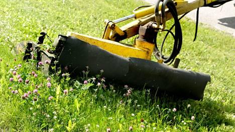 Niittotyökoneet ovat jälleen lähteneet liikkeelle. Vauhtia hiljentämällä parannat liikenneturvallisuutta ja niittäjien työturvallisuutta.