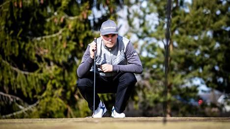 Sami Välimäki kotikentällään Nokian River Golfissa.
