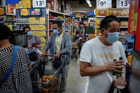 Pekingiläiset tekivät ostoksia Walmart-ketjun kaupassa syyskuussa.