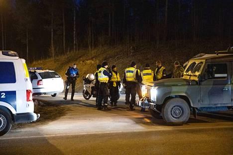Poliisi saa virka-apua puolustusvoimilta. Kuva on Uudenmaan ja Kanta-Hämeen väliseltä rajalta Kolmostieltä.