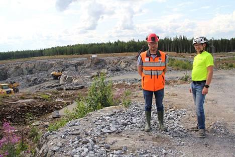 Dragon Mining Oy:n Kaapelinkulman kaivoksen johtaja Olli Pajula ja urakoitsijan edustaja Tero Manninen ovat kuvassa louhoksen äärellä.