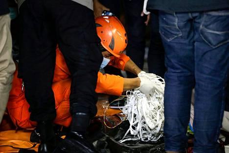 Indonesian viranomaiset tutkivat jäänteitä, joiden uskotaan olevan lähtöisin kadonneesta koneesta. Koneen uskotaan syöksyneen mereen.