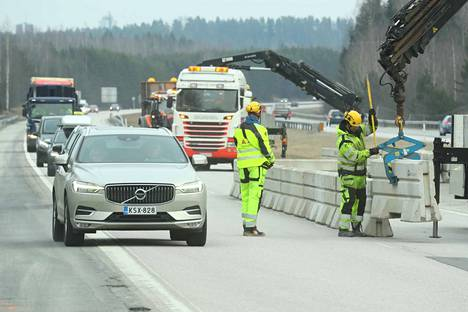 Valtatie 3 katkaistaan rajalla, joka erottaa Uudenmaan maankunnan Kanta-Hämeestä. Tie ylittää maakuntarajan Hyvinkään ja Riihimäen kaupunkien välillä.