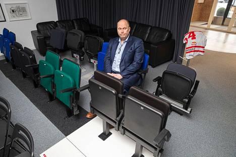 """Uros-areenan toimitusjohtaja Marko Hurme aikoo esitellä areenaa valmistumisen jälkeen """"ylpeästi rintarottingilla"""". Aamulehti kuvasi Hurmeen istumassa testattavana olevilla areenan istuimilla vuonna 2020."""