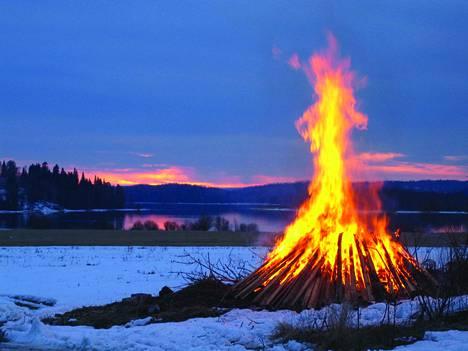 Tänä vuonna emme saa kokoontua Siuroon, mutta lähetämme perinteiset pääsiäisvalkeat kuitenkin suorana.