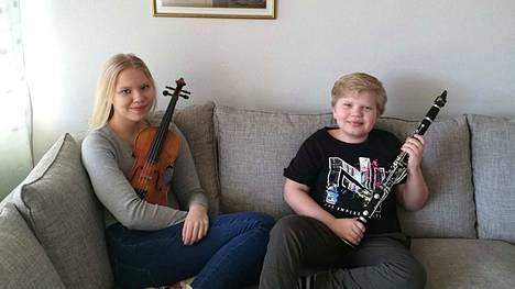 Iidamari ja Samuel Ahonen rentoutuvat kotonaan Tampereella tiukan harjoittelun ja videoinnin välillä.