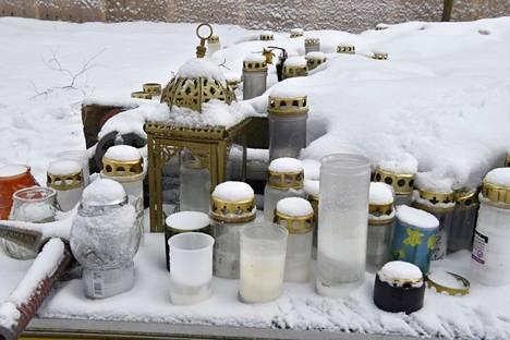 Surmatun pojan ruumin löytöpaikalla Helsingin Koskelan sairaalan lähistölle oli tuotu muistokynttilöitä 29. tammikuuta 2021.